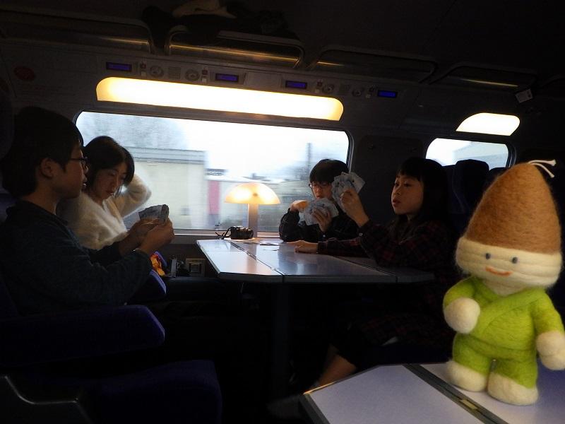 TGVの車内でトランプ
