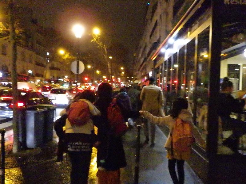 パリの夜道を歩いて帰る