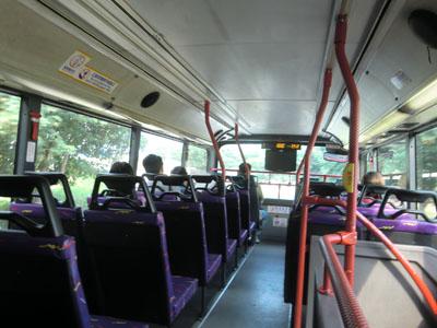 空港へ向かう2階建てバス