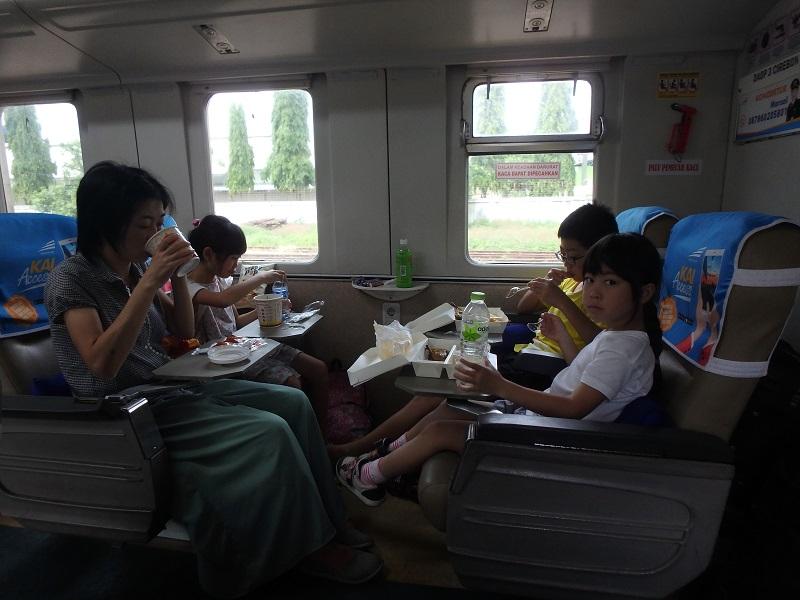 車内で弁当を食べる