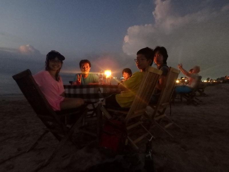 夕暮れの海を望みながらディナー
